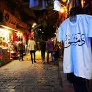شباب سوريون في إحدى حارات دمشق القديمة - ماهر المونس