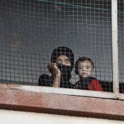 امرأة سورية مُهجَرة مع طفلها في مركز للإيواء بدمشق