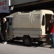 ديانا (يسار) وصديقتها (يمين) بجانب سيارة الفان التي تعمل بها.